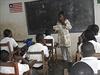 Učitelka v liberijské škole vysvětluje žákům rizika přenosu eboly.