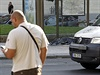 Nehoda se stala na autobusové zastávce na náměstí Kinských, řidič od místa utekl