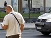 Nehoda se stala na autobusov� zast�vce na n�m�st� Kinsk�ch, �idi� od m�sta utekl