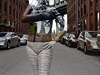 Modelka Jessica Mellow pózuje p�ed Manhattanským mostem. Um�lkyn� Trina Merry... | na serveru Lidovky.cz | aktu�ln� zpr�vy