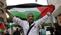 Palestinský demonstrant vyk�ikuje protiizralská hesla po bombardování Gazy | na serveru Lidovky.cz | aktu�ln� zpr�vy
