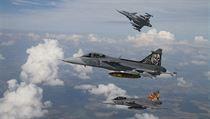 Trojice nadzvukových bojových letounů JAS-39 Gripen.