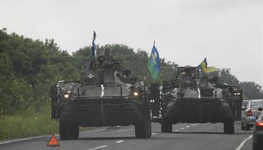 Jednotky ukrajinské armády projí�d�jí Don�ckou oblastí. | na serveru Lidovky.cz | aktu�ln� zpr�vy
