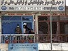 Sebevražedný útok v Afghánistánu, srpen 2014 - člen afghánské rozvědky (vlevo) sleduje s obyvateli nedalekého domu místo atentátu.