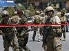 Sebevražedný útok v Afghánistánu, srpen 2014 - Vojáci NATO zajišťují oblast.