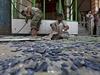Sebevražedný útok v Afghánistánu, srpen 2014 - obchodníci v Kábulu odklízejí roztříštěnou skleněnou výlohu svého obchodu.
