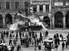 Srpen 1968. Legendární fotografie tanku bořícího podloubí na náměstí vLiberci....