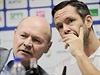 Miroslav Koubek (vlevo) na tiskové konferenci 12. srpna v Plzni. Vpravo je Pavel Horváth, který se vedle role hráče stává i pomocníkem trenéra.