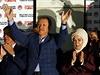 Oslava úspěchu. Recep Tayyip Erdogan se spolu s manželkou Ermine (třetí zprava)...
