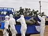 S těly lidí, jež zahubila ebola, je nutné manipulovat s nejvyšší opatrností. Krátce po smrti infikovaného je riziko nákazy největší.