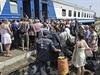 Uprchlíci z Luhanské oblasti nastupují do bezplatného vlaku směřujícího do Charkova (ilustrační fotografie).