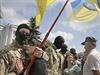 Příslušníci ukrajinského dobrovolnického praporu Azov se loučí se svými blízkými před odjezdem na východ země.