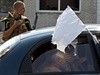 Uprchlíci odjíždějí z Luhanska v autě označeném bílou vlajkou (16. srpna).