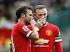 Juan Mata (vlevo) a Wayne Rooney z Manchesteru United se radí p�ed volným... | na serveru Lidovky.cz | aktu�ln� zpr�vy