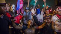 D�m a protesty ve Fergusonu, v�jime�n� stav a z�kaz vych�zen� nepomohl