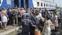 Uprchl�ci z Luhansk� oblasti nastupuj� do bezplatn�ho vlaku sm��uj�c�ho do Charkova (ilustra�n� fotografie).