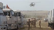 Na zaparkovan� konvoj dohl�ej� rusk� vojensk� vrtuln�ky.