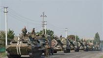 Ukrajinská vojenská kolona se blí�í frontové linii u m�sta Ilovajsk v Don�cké... | na serveru Lidovky.cz | aktu�ln� zpr�vy