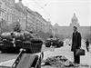 Srpen 1968. Fotografie z V�clavsk�ho n�m�st�. Do Prahy p�ij�d� tanky.