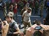 Přehlídka zajatých vojáků v Doněcku - lidé si fotí zajatce.