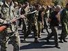 Přehlídka zajatých vojáků v Doněcku - zajatci kráčí městem.