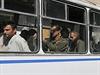 Přehlídka zajatých vojáků v Doněcku - zajatí vojáci v autobuse, který je odvezl na nucený pochod.