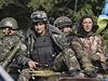 Ukrajin�tí vojáci, p�ipravující se na misi, projí�dí na transportéru východem... | na serveru Lidovky.cz | aktu�ln� zpr�vy