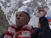 Prvn� �esk� kr�l Himal�je Radek Jaro� dohl�� na sv� poddan� v t�bo�e.