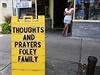 �My�lenky a modlitby Folyeho rodin� - vzpom�nkov� tabule ve m�st� Rochester, kde �ij� rodi�e zavra�d�n�ho novin��e Jamese Foleyho.