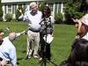 Diane a John Foleyovi, rodi�e zavra�d�n�ho v�le�n�ho zpravodaje Jamese Foleyho, hovo�� s novin��i p�ed sv�m domem v americk�m Rochesteru.
