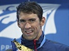 Michael Phelps se zlatou medailí ze závodu 100 metrů motýlkem.