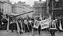 Srpen 1968. Lidé na Staroměstském náměstí protestují proti invazi vojáků Sovětského svazu.