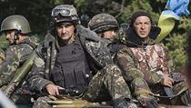 Ukrajin�t� voj�ci, p�ipravuj�c� se na misi, proj�d� na transport�ru v�chodem...