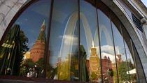 Odraz Kremlu v okn� zav�en� pobo�ky �et�zce rychl�ho ob�erstven� McDonald�s v...