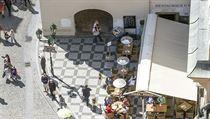 Pohled na dům U Minuty na Staroměstském náměstí. Sídlí v něm restaurace spojovaná s Romanem Janouškem.