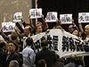 """Peking oznámil, že pro volby nejvyššího hongkongského představitele v roce 2017 nepovolí přímý výběr kandidátů; nadále jejich """"předvýběr"""" bude provádět speciální výbor, a až poté o nich budou rozhodovat voliči. Prodemokratičtí aktivisté se bouří."""