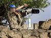 Příslušník mise OSN monitoruje syrskou hranici z Izraelem kontrolovaného území Golanských výšin (ilustrační fotografie).