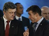 Ukrajinsk� prezident Petro Poro�enko (vlevo) s gener�ln�m tajemn�kem...