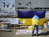Mu� s ukrajinskou vlajkou protestuje proti kontraktu na lod� Mistral.