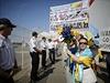"Francouzi s transparenty ""Ivan go home"" protestují proti kontraktu na prodej..."