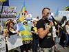Francouzi protestují proti kontraktu na prodej Mistralů.