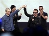 Irská kapela U2 se srdečně zdraví s Timem Cookem. Jejich vystoupení uzavřelo celou akci.