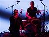 Členové U2 Bono a Larry Mullen Jr. na vystoupení v Cupertinu.