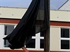 V Klášterci nad Ohří 11. září ráno vyvěsil školník černou vlajku před základní školou, kterou navštěvovala zavražděná devítiletá dívka.