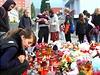 V Klášterci nad Ohří děti zapalovaly svíčky před základní školou, kterou navštěvovala zavražděná devítiletá dívka.
