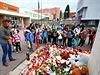 V Klášterci nad Ohří děti ráno zapalovaly svíčky před základní školou, kterou navštěvovala zavražděná devítiletá dívka.