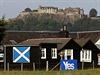 Ano pro nezávislost Skotska hlásá i plakát na domě pod hradem Stirling, pod jehož hradbami porazili Skotové pod vedením Williama Wallace Angličany v roce 1297.