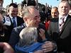 Předseda skotské vlády Alex Salmond se zdraví se svou příznivkyní.