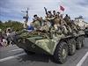 Separatisté projíždějí ulicemi města Luhansk.