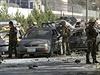 Vojáci NATO a afghánské bezpečnostní složky vyšetřují místo útoku.